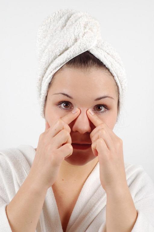 Burun İnceltme Egzersizleri:  Elinize bir miktar yağ sürün ve iyice yedirin. Yağlı olan parmaklarınız ile burnunuzun üst kısmından başlayarak dairesel hareketler uygulayarak yavaş yavaş masaj uygulayın. Bu hareket kıkırdağın incelmesine ve şekillenmesine yardımcı olacaktır. Bu hareketi kıkırdağa çok az baskı uygulayarak yapmalısınız, burnunuza zarar vermemek için hafif dokunuşlar yeterlidir.   Yüzü İnce Gösteren Hileler İçin Tıklayın!