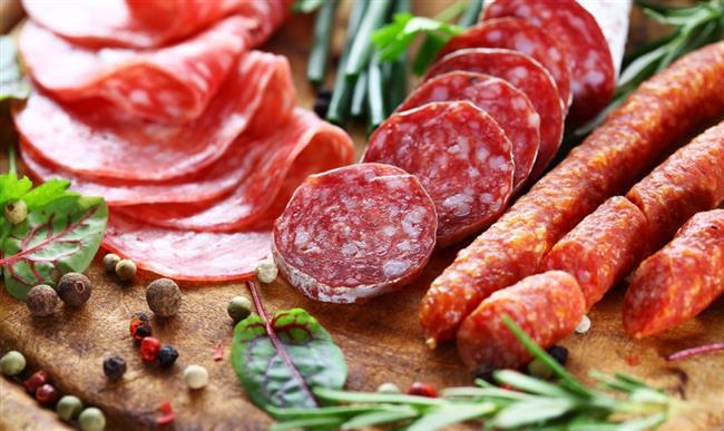 İşlenmiş gıdalar    Özellikle salam, sucuk, sosis gibi işlenmiş ürünler, baş ağrısını tetikleyebilecek nitritler, tiramin ve gıda katkı maddeleri içerir. Bunun sizin için bir tetikleyici olabileceğini düşünüyorsanız, bu gıdaları diyetinizden bir süreliğine çıkarın.