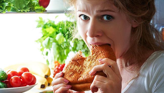 Atlanan Öğünler    Baş ağrınızın açlığınızdan kaynaklandığını her zaman anlayamayabilirsiniz. Açlık kan şekerinizin düşmesine neden olur. Ancak açlığınızı gidermek için tatlıları tercih etmeyin. Çünkü tatlılar kan şekerinizin bir anda yükselmesine ve ardından daha da düşmesine neden olur.