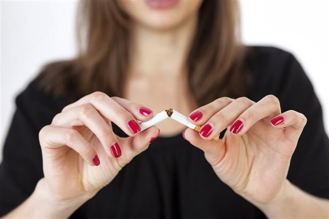 """Sigara    Sigara içmenin baş ağrısını tetiklediği bilinir. Sigara içmeyen ancak sigara dumanına maruz kalanlardansanız küme tipi baş ağrısı problemiyle karşılaşabilirsiniz. Küme tipi baş ağrısı tek taraflı olup göz ve burun bölgesinde de şiddetli ağrıya neden olabilir.   <a href=  http://mahmure.hurriyet.com.tr/foto/saglik/sigarayi-birakmaniz-icin-10-onemli-neden_41785 style=""""color:red; font:bold 11pt arial; text-decoration:none;""""  target=""""_blank""""> Sigarayı Bırakmanız İçin 10 Önemli Neden!"""