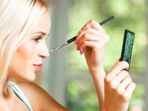 Makyaj yapmak ne kadar basit bir iş gibi görünse de aslında makyaj yapmanın da bir takım kuralları  vardır.  Makyajda en önemli şey yüze doğru gölgelendirme ve ışıklandırmadır.