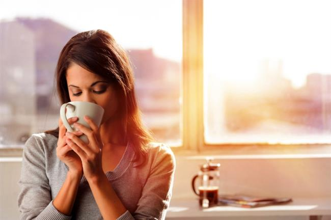 """Yeşil Kahve Çekirdeği Özü:  Çiğ ya da kavrulmamış kahve meyvesinin tohumlarından hazırlanan bu desteğin kahve çekirdeklerinin içindeki """"klorojenik asit"""" bulunmaktadır. Bu madde, tüm bu faydaları sağlayan bir etkendir. Bu maddenin karaciğerde şeker üretimini uyararak enzimi baskılayarak kilo vermeye yardımcı olduğu uzmanlar tarafından belirtiliyor. Bu sebepten dolayı da tıp 2 diyabet riskini dahi azaltabileceği görüşler arasında yer alıyor.   Bu görüşleri destekleyen ve desteklemeyen bilimsel çalışmalar mevcut olmakla beraber sayıları henüz yeterli olmamaktadır. Genelde kahvenin içindeki kafeinin metabolizmayı hızlandırarak kilo vermeye yardımcı olduğu zaten bilinen bir gerçektir. Fakat, kahve içindeki antioksidanların sağlığa faydalı olabileceği biliniyor. Yine de dikkatli olmakta ve doktorunuza danışmadan kullanmamakta fayda var."""