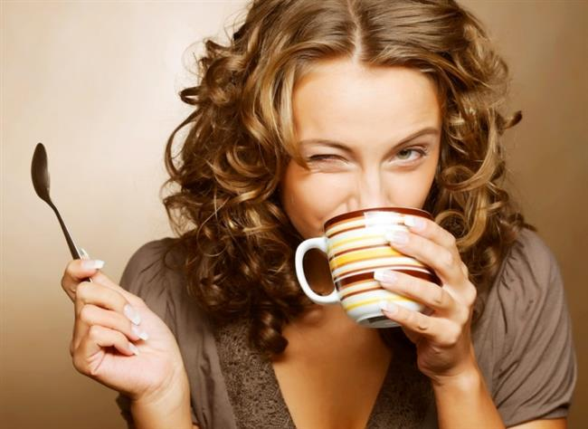 Yeşil Kahve Günde Kaç Kez İçilebilir?  Yeşil kahve sabah ve akşam olarak günde 2 kez tüketilebilir. Ancak her şeyin fazlasının zararlı olduğu gibi, yeşil kahvenin de fazla tüketilmesi zararlı olacaktır. Yeşil kahve içerek kilo kaybı sağlayanların sayısı günden güne artmaktadır. Şayet, fazla kilolarından rahatsız olan ve bundan doğal yollar ile kurtulmak isteyen biri için en ideal yol yeşil kahveyi denemek olacaktır.