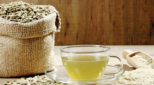 Yeşil Kahve Nasıl Zayıflatır?  Yeşil kahve üzerine birçok araştırma ve çalışmalar yapılmıştır. Kilo vermek üzerinde çok büyük etkisi bulunan yeşil kahve birçok diyetisyen tarafından önerilen bir içecektir. Zayıflamaya yönelik yapılan spor ve diyete gerek kalmadan zayıflama sağlayabilir. Ancak yeşil kahveye diyet ve spor da eşlik ederse bu kilo kayıpları daha da etkin olacaktır.   Medikal ürünler gibi kimyasallar ile metabolizmayı bozmaz ve zarar vermez. Bu açıdan oldukça güvenlidir. Tadı ise rahatsız edici değil, aksine Türklerin damak tadına uyabilecek kadar hoştur. Bu sebeple günlük kullanıma da uygundur.