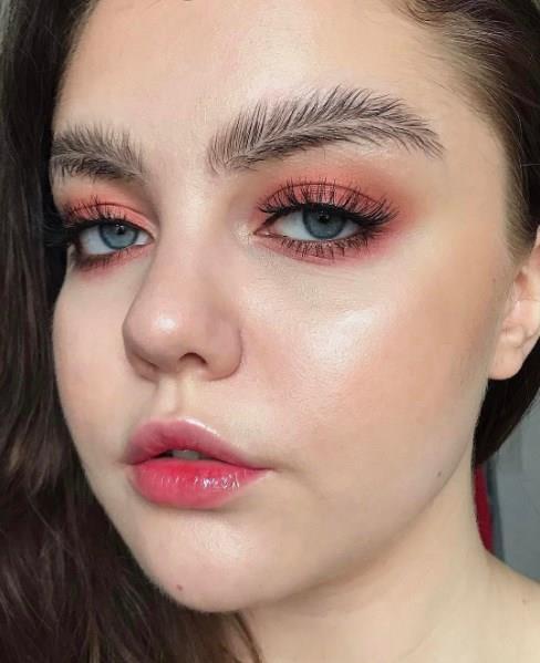 Instagram'da binlerce takipçiye sahip makyaj artisti Stella Sironen'in öncü olduğu bu akımı siz de uygulamak isterseniz yapmanız gereken basit: Şeffaf kaş jelini önce kaşınıza uygulayın.
