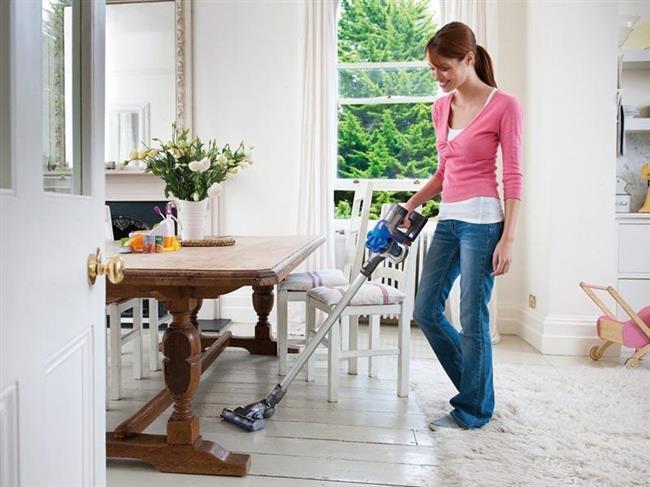 Yerleri elektrik süpürgesiyle sık sık süpürün . Böylece 30 dakikada ortalama 88 kalori yakabilirsiniz. Hem eviniz temiz olur hem de egzersiz yapmış olursunuz.