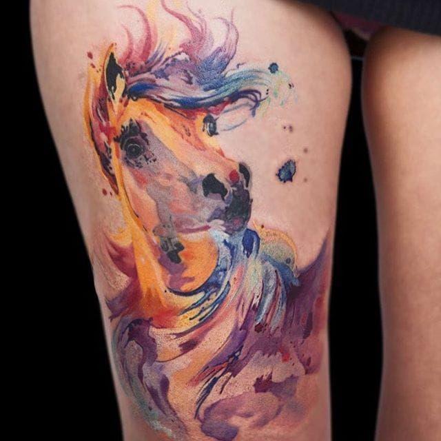 Yay(22 Kasım-21 Aralık)  Yaylar hayvanlara bayılır. Bu yüzden köpek ya da at siz Yaylar için iyi bir dövme seçeneği olabilir. Yay burcu, Sentor'la(Yunan mitolojisindeki yarı at yarı insan karakter) sembolize edilir. Bu nedenle Sentor'u dövme olarak düşünülebilirsiniz. Bir diğer seçenek olarak da, yine Yaylarla ilişkilendirilen, Yunan Tanrısı Zeus'u göz önünde bulundurmalısınız. Ruhsal, dinsel semboller de sizin için uygun dövmeler olacaktır. Siz seyahat aşıkları, dünya üzerinizdeki favori yerinizin bayrağını ya da haritasını da dövme olarak seçebilirsiniz. Dövmenizin hakim rengi ise turuncu olmalı.