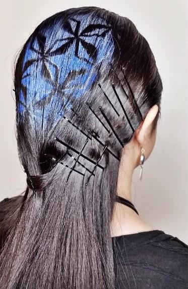 Saçınıza istediğiniz geçici boyaları kullanarak şekil verin. İsteğinize bağlı olarak üstüne sabitleyici sprey sıkın.