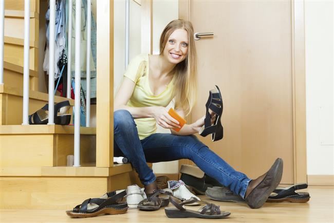 Ayakkabıları sağlıklı tutmanın yolu saklama koşullarından geçiyor. Her gün aynı ayakkabıyı giymek ayakkabının daha çabuk yıpranmasına neden olduğundan, mümkün olduğu kadar farklı alternatiflere yönelmek gerek. Ayakkabıyı giydikten sonra hafif nemli bir bezle temizleyip kutusunda kılıfıyla saklamak öneriliyor.