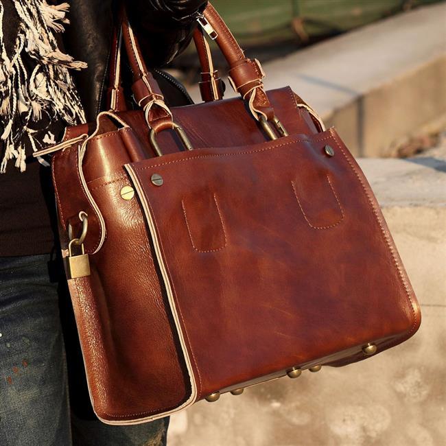 Deri çantalarda nemli bez kullanmak ve çantayı bez torbalarda saklamak gerekiyor. Nubuk veya süet çantalarda ise temizleme yöntemi ayakkabı ile aynı tekniklere sahip. Nubuk çantalar, ince kıllı süet fırçasıyla tek yöne hareket ettirerek temizlenebiliyor.