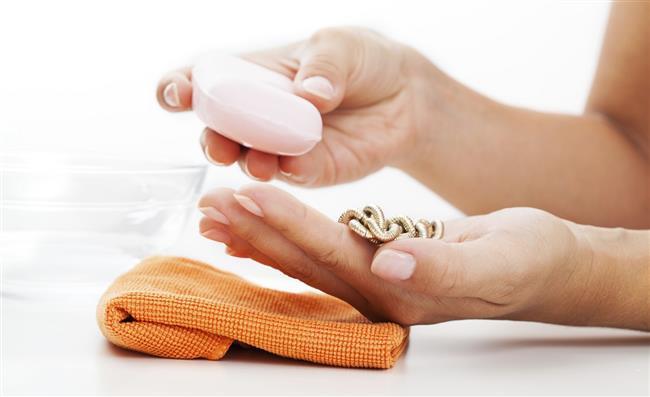 Bijuteri ve değerli takılar için ise evde birçok temizleme yöntemi mevcut. Altın takıları parlatmak için silgi önerilirken, kararmış gümüşleri için diş macunu ile fırçalamak gerekiyor.