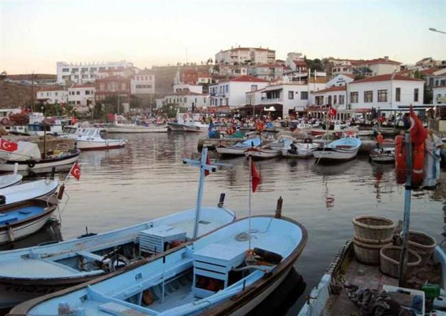 Bozcaada    Türkiye'nin üçüncü büyük adası olan Bozcaada, üzüm bağları, tertemiz denizi, tarihi ve kültürel yapısı ile Ege'nin en cazip tatil yörelerinden.