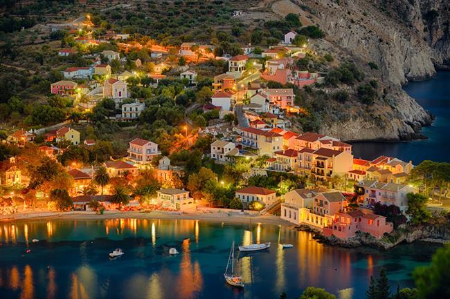 Assos    Bahar aylarında keyifle tatil yapacağınız yerlerden... Bir liman şehri olmakla birlikte, denizden 238 m yükseklikte sarp bir kayalık üzerine kurulu olan Assos'a deniz tarafından oldukça dik bir yokuşla ulaşılıyor. Ayrıca bölge öyle yoğun tarih ve kültür izlerine, öyle doğal güzelliklere sahip ki çevrede de gezilip görülmesi gereken çok sayıda yerleşime sahip.