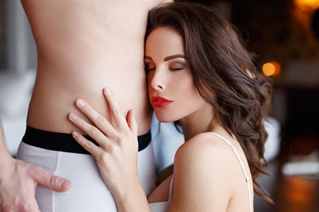10) Aşırı Bağımlı Davranılması   Erkeklerin içgüdülerinde kadını korumak ve ona bakmak olsa da aslında tamamen onlara bağımlı kadınlardan pek hoşlanmıyorlar. Her anınızı sevgiliniz ya da eşinizle yaşamak istemeniz, mutluluk ve sevinç kaynağınızın sadece o olması ve ona bunu sürekli hissettirmek sizden uzaklaşmasına neden olacaktır. Kendine güvenen ve kendi hayatına sahip olan, güçlü duruşlu kadınlar pek çok erkeğin hoşuna gitmektedirler. Bu nedenle aldatılan kadınların pek çoğu, daha şuh ve kendine güven arz eden kadınlara eşlerini kaptırmaktadırlar.