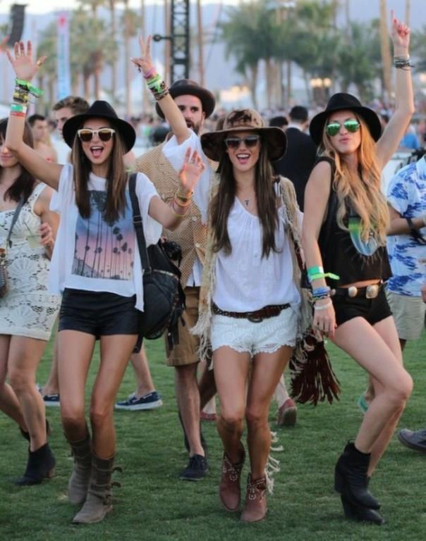 Son yılların şıklık yarışına sahne olan en ünlü festivallerinden Coachella'da tercih edilen ayakkabılar bu sezonun seyrini değiştirecek.  İşte en çok tercih edilen ayakkabı modelleri ve kombin önerileri...