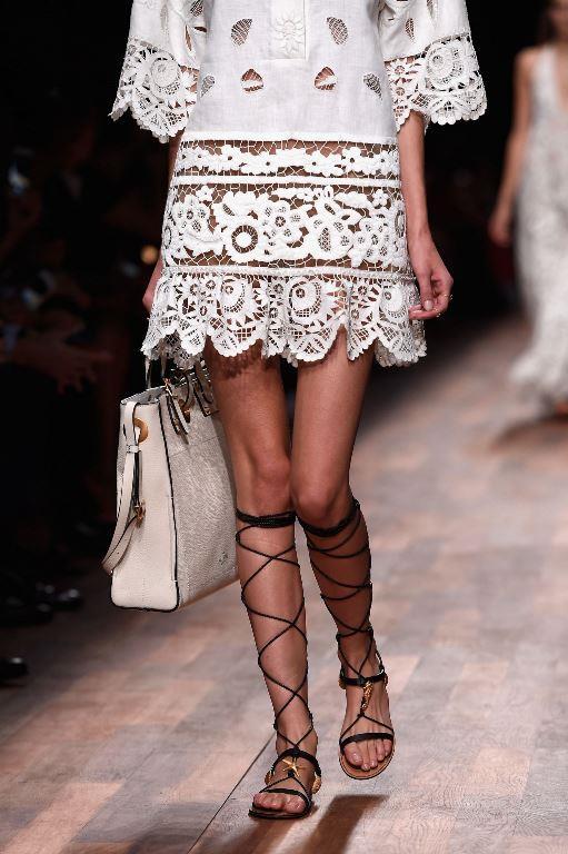 Rahat Sandaletler  Sandaletler ilkbahar ve yaz döneminde kullanımı en yaygın en rahat ve şık ayakkabı modelidir.Her kıyafetinizle uyum sağlamasıyla birlikte zarif görüntünüzden ödün vermezsiniz.