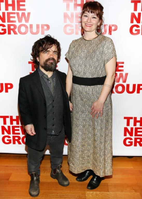 Peter Dinklage'ın boyu 135 cm. 2005 yılında evlendiği Erica Schmidt ise 168 cm boyunda. Aralarındaki boy farkına aldırmayan çiftin 2011 yılında kızları dünyaya geldi ve mutlu birliktelikleri sürüyor.