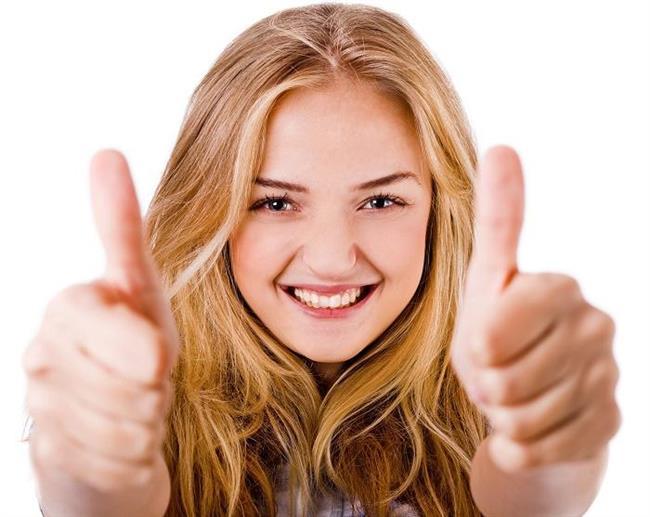 10. Baş sallama  Konuşurken başınızı onaylar biçimde sallayın özellikle onların onaylamalarını istediğiniz bir isteğinizi açıklıyorken.  Bilim adamları bulmuştur ki eğer insanlar bir şeyi dinlerken kafalarını onaylar şekilde sallıyorsa eğer kendileri de aynı şekilde düşünüyordur. Ayrıca eğer karşılarında biri kafasını onaylar şekilde sallıyorsa bunu taklit ederler. Bu normaldir çünkü biliyoruz ki insanlar taklide yatkındır özellikle pozitif bir anlam içeriyorsa. Yani demek oluyor ki ekstra ikna edici olmak istiyorsanız kafanızı konuşurken onaylar şekilde sallayın. Karşınızdaki kimse de kafasını sallamamak için zorlanacak ve bir süre sonra söylediğiniz şey doğrultusunda düşünmeye başlayacaktır.