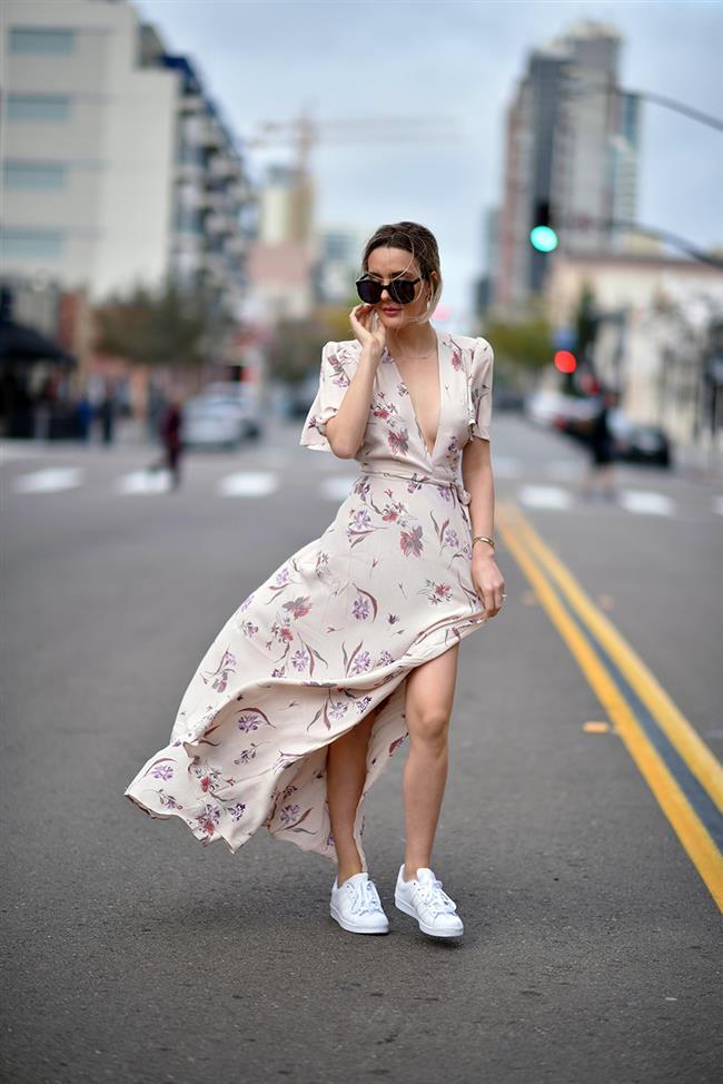 1. Elbise- Beyaz Spor Ayakkabı  Son zamanlarda popülerliğine popülerlik katan beyaz spor ayakkabıları daha çok spor/maskülen kombinlerle görüyoruz.