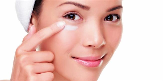 Göz altı kapatıcılarını kullanmak yerine göz altınıza bakım uygulamayı ihmal etmeyin.Bunun için yine her gece göz çevresi kremi ya serumu kullanabilirsiniz. Krem ya da serumu uygularken parmak uçlarınızla hafif hafif masaj yapabilirsiniz. Zamanla göz altı torbalarının ve morlukların kaybolduğunu göreceksiniz.