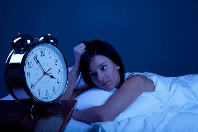 Cildin kendini yenilemesi için günde en az 7 saat uyumak gerekiyor. Böylece hem zihinsel ve bedensel yorgunluğu üstünüzden atıp daha anlamlı bakışlara sahip olursunuz, hem de şikayetçi olduğunuz göz altı torbaları ve morlukları zamanla yok olur.