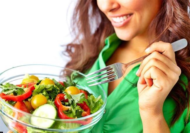 Yediğimiz ve içtiğimiz her şey cildimizi besler. Cildimize iyi bakmak için öncelikle sağlıklı beslenmeliyiz. Sebze ve meyve ağırlıklı beslenmek cilde doğal bir ışıltı, canlılık ve tazelik verir.