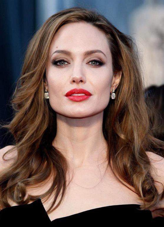 Angelina Jolie  Jolie'nin 16 yaşındayken annesi Marcheline Bertrand'ın sevgilisiyle yattığı yazıyor. Uzun yıllar annesiyle arasını düzeltmek için çabalayan Jolie'nin onu kaybedince çok yıkıldı. Bu ilişkiyi ortaya çıkaransa yine anne Marcheline Bertrand olmuş. Sevgilisinden ayrılan kadın, yıllarca kızını affetmemiş.