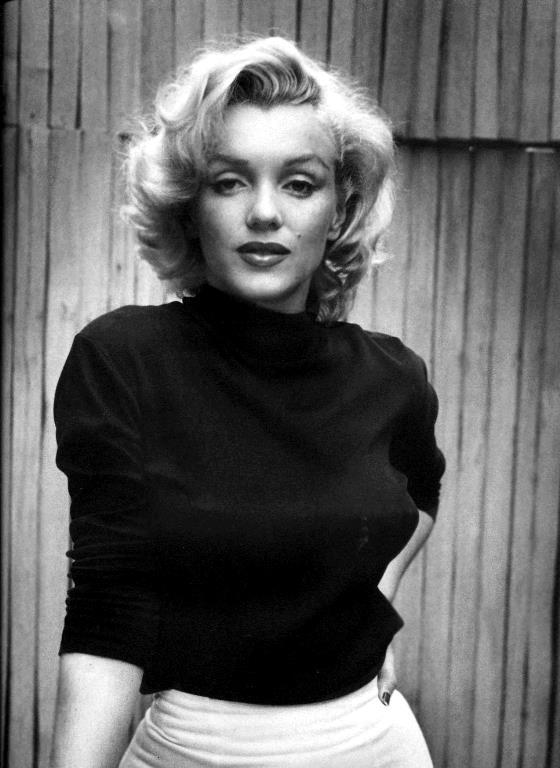 Marilyn Monroe  Annesi Gladys Pearl Monroe Baker, kendisini hamile bırakan adam tarafından terk edilince, küçük kızı Norma Jean'i gözden çıkardı. Annesinin yanı dışında başka her yerde yaşadı küçük kız. Bir süre akrabalarının yanında, sonra evlatlık verildiği aileyle birlikte. Hatta bir ara yetimhanede bile kaldı.   Hiçbir zaman yakın bir anne- kız ilişkisi kuramadılar. Norma Jean'in annesi paranoid şizofren olduğu iddia edilip de bir tedavi merkezine kapatılıncaya kadar çok kısa bir süre birlikte yaşadılar. Ama Marilyn Monroe ya da gerçek adıyla Norma Jean Baker hep anne sevgisinden yoksun büyüdü.Ünlü yıldızın travmatik bir hayatı vardı. Henüz 18 yaşındayken evlenmesinin sebebi de büyük olasılıkla bu olduğu düşünülüyor.