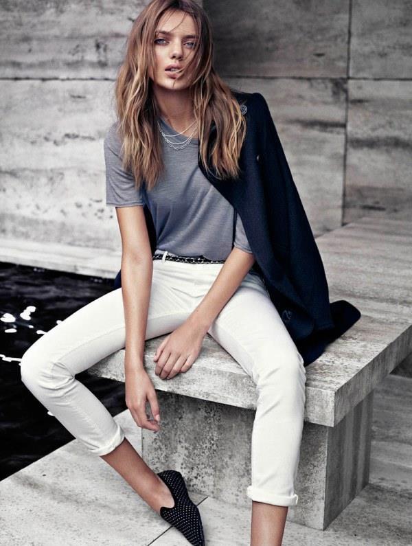 """Daha salaş bir ofis stili için beyaz pantolonunuz ve tişört üstüne ceketiniz ile  kombin yapabilirsiniz.  <a href=  http://mahmure.hurriyet.com.tr/foto/moda/2017-sokak-modasi-trendleri_41974  style=""""color:red; font:bold 11pt arial; text-decoration:none;""""  target=""""_blank""""> 2017 Sokak Modası Trendleri!"""