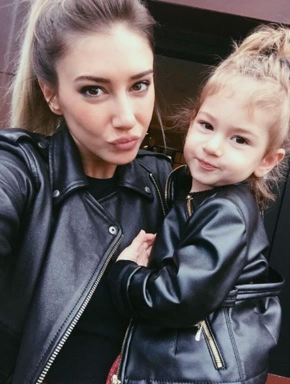 Şeyma Subaşı'nın kızı Melisa ile olan uyumlu stili bazen aynı deri ceketle bazen ise gömlekle yakalıyor. Subaşı kızıyla her zaman birbirlerini tamamlar şekilde.