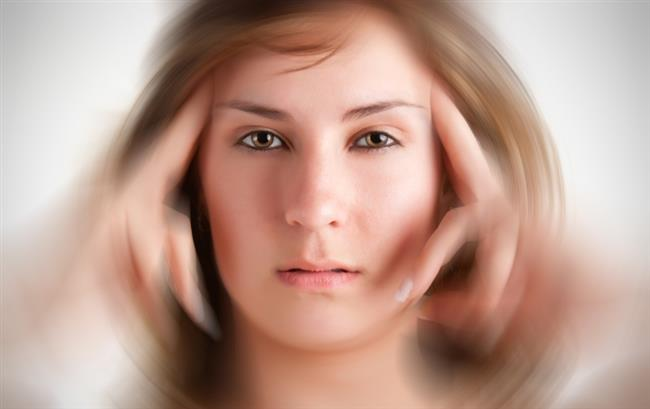 """Baş dönmesi, bir başka deyişle vertigo toplumda çok yaygın görülüyor. Net bir rakam verilememekle birlikte """"Kulak Burun Boğaz"""" polikliniklerine başvuran hastaların yüzde 30- 40'ının yakınması vertigo oluyor. Başımız döndüğünde ilk olarak beyin tümörü gibi nörolojik sorunları düşünsek de aslında yaklaşık yüzde 85'inin nedeni kulak hastalıkları oluyor. Ayrıca alerjik yapıdaki kişilerde şiddetli hapşırma gibi aklımıza hiç gelmeyen etkenler de bu sorunu tetikleyebiliyor."""