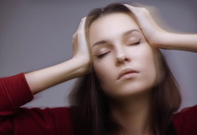 """Kulak kristallerinin dökülmesi    Baş dönmesi, başın pozisyonuna bağlı olarak gelişiyor ve saniyeler sürüyor. Genellikle yatakta sağa sola dönerken veya aşağı eğilip yukarı bakma işlemi sırasında ortaya çıkıyor. Altta yatan neden yakın zamanda veya geçmişte yaşanan kafa travması oluyor. Pozisyonun değiştirilmesi sonrasında atak bitiyor. Kulak Burun Boğaz Uzmanı Dr. Feyzi Elez tekrarlayıcı özelliğe sahip olan bu tabloda hastanın uyguladığı manevra hareketleriyle tamamen iyileşme sağlandığını söylüyor.   <a href=  http://mahmure.hurriyet.com.tr/foto/saglik/regl-agrilarini-aninda-yok-eden-8-dogal-cay_41987   style=""""color:red; font:bold 11pt arial; text-decoration:none;""""  target=""""_blank""""> Regl Ağrılarını Anında Yok Eden 8 Doğal Çay!"""