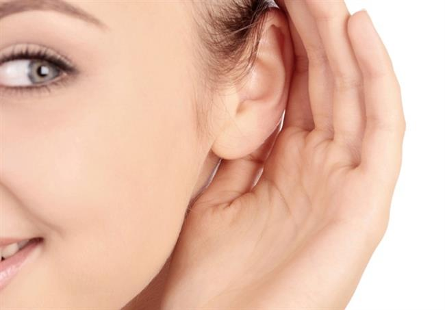 """Kronik orta kulak iltihapları     Kronik orta kulak iltihapları ile fistül denilen iç kulak sıvısı kaçakları da baş dönmesi sebebi olabiliyor. Kulak Burun Boğaz Uzmanı Dr. Feyzi Elez, """"Kronik orta kulak iltihabında kulakta oluşan kolesteatom, kemikleri eriterek baş dönmesine yol açabiliyor. Fistül denilen kaçaklar travmaya bağlı olabileceği gibi bazen sebepsiz bazen de basit bir hapşırma veya ani basınç değişimleriyle ortaya çıkabiliyor. Bu durum iç kulak sıvısının orta kulağa kaçmasına neden olabiliyor. Düzenli takip ve gerekirse cerrahi yönteme başvuruluyor. Ayrıca alerjik yapıdaki kişilerde şiddetli hapşırma da sorunu tetikleyebiliyor"""" diyor."""