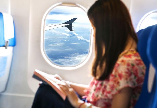 """Yolculuklar     Kulak Burun Boğaz Uzmanı Dr. Feyzi Elez deniz ve uçak yolculuğunda ortaya çıkan basınç değişimlerinin de baş dönmesine yol açabildiğini belirterek, """"Bunların yanı sıra araç tutması geçmişi olan kişilerde de baş dönmesi şikayetleri daha yoğun görülüyor"""" diyor."""