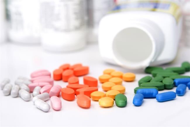 İlaçlar      Anksiyete, depresyon, uyku ve tansiyon sorunlarında kullanılan bazı ilaçlar ve yine bazı antibiyotikler de baş dönmesine neden olabiliyor. Ayrıca depresyon ilaçlarının aniden kesilmesi de baş dönmesini tetikleyebiliyor.