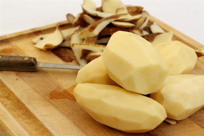 Patates   Taze patateslerin kabuklarını incecik soymak için yapmanız gereken şey; bulaşık teli ile patatesi birkaç dakika ovmak. Ee tabi sağlığınızı da düşünerek söylemeliyiz ki o bulaşık teli daha önce kullanılmamış olsun.
