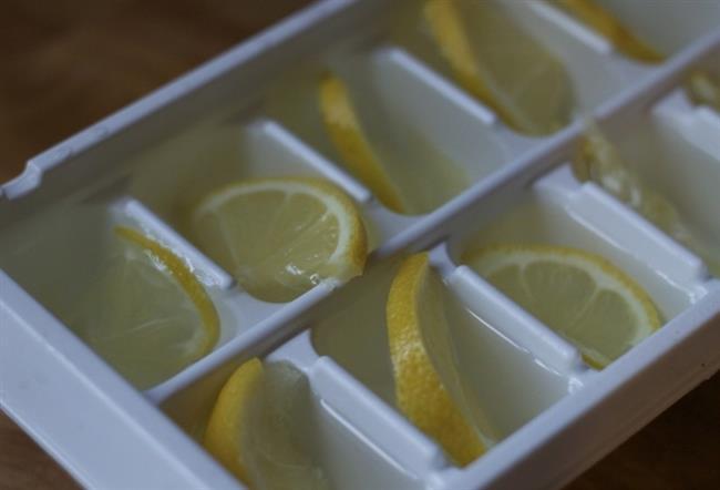 Dünyadaki en büyük ilaç firmalarından birinin beyanına göre 1970 li yıllarda bu yana yapılan laboratuvar testlerine göre 12 adet kanser tipine limonun faydası kanıtlanmıştır. Limonu Türk mutfağında çoğunlukla sıkarak kullanıyoruz. Bu sayede yalnızca suyundan faydalanmış oluyoruz. Fakat limonun kabuğunun özellikle kanseri önleyici etkisi olduğunu bilmemizde fayda vardır.   İşte dondurulmuş limonun faydaları!  Kaynak fotoğraflar: Pinterest