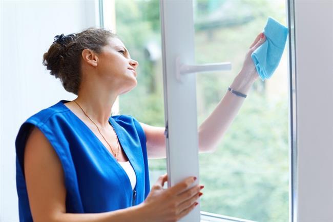 Güneşli Günde Pencere Temizliği   Güneş temizleme solüsyonun çok hızlı kurumasına ve kalıcı çizikler bırakmasına neden olacaktır. Bu yüzden bulutlu bir günde temizleyin ve köpüklü bir görünüm elde etmek için beyaz sirke ve gazete kullanın. Güneş parlamaya başlarken, evlerimizdeki toz ve kir daha da belirginleşiyor.