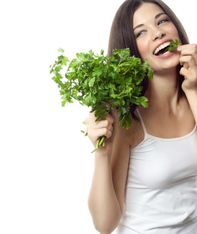 Maydanozun Adet Geciktirme Üzerinde Etkisi   Aslında tarçın adet geciktirme yöntemleri arasında en yaygın kullanım olarak uygulanmaktadır. Fakat bazı bünyelerde alerjik reaksiyonlar göstermesi ya da kişinin tarçını tüketmekte sıkıntı yaşaması gibi durumlar söz konusu olduğunda alternatif yöntemlere başvurulur. İkinci tercih olarak en yaygın kullanım maydanoz bitkisidir.