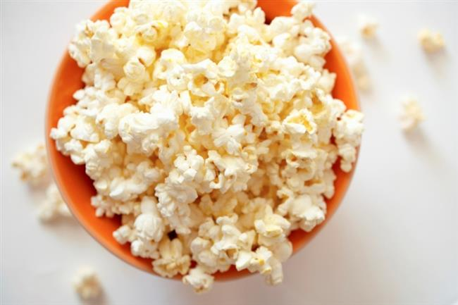 Ara Öğünler  (Günde iki kez)  - Bir porsiyon popcorn: (25 gr patlamış mısır, baharatlı tuz, 1/2 tatlı kaşığı yağ) - 200 gr taze incirin kabuklarını soyun 150 gr yoğurtla karıştırın. - Salata: 2 havucu ve 1/2 rezenenin kökünü temizledikten sonra rendeleyin. Salatanın üzerine 1 'er tatlı kaşığı bal, ceviz yağı ve limon suyu ilave edin. - Muz – Smoothie: 75 gr yağsız yoğurdu, 100 gr muz, 1/2 tatlı kaşığı öğütülmüş ceviz ve 1 tatlı kaşığı balla karıştırın. Tatlıyı bekletmeden yiyin.