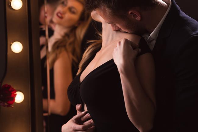 """Oysa erkeğin ya da kadının doğallığı, kendine güveni, cinsel kimliğiyle uyum içinde hareket etmesi, partnerinden ne istediğini ve ona ne verebileceğini bilmesi baştan çıkarıcı etkisi en yüksek olan özelliklerdir. Güzeli sevme ve ondan ruhsal bir zevk alma duygusundan doğan """"baştan çıkarma sanatı"""", bir duygunun, tasarımın, güzelliğin dışavurumunda, anlatımında kullanılan yöntemlerin tümü ve bu yöntemlerle ortaya konulan üstün yaratıcılıktır. Bu nedenle """"baştan çıkarma sanatı"""", en genel anlamıyla yaratıcılığın ve hayal gücünün ifadesidir. İnsanın güzellik karşısında duyduğu heyecanı ve hayranlığı uyandırmak için kullandığı yaratıcılıktır."""