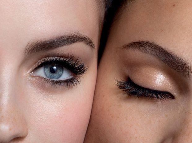 Eyelinerınız Olmadığında Maskaranızı Da Eyeliner Gibi Kullanabilirsiniz!   Eyeliner fırçası yardımıyla maskara tüpündeki ürünü üst kirpik çizginize çekin ve kurumasını bekleyin. Ardından maskaranızı alt ve üst kirpiklerinize bolca uygulayın. Sonuca bayılacaksınız!