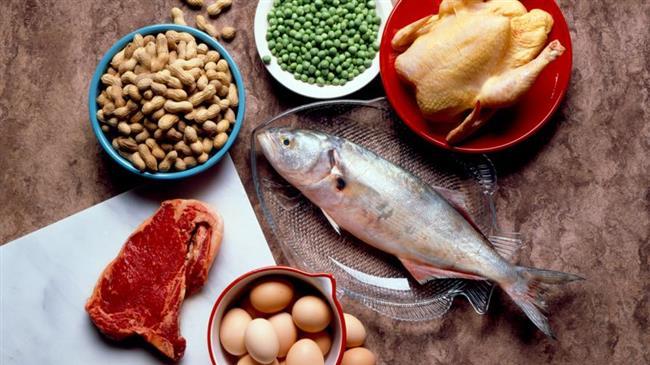 Paleo Diyeti'nin 7 önerisi  1. Yüksek protein  Batı beslenme sistemlerinde proteinler günlük beslenmenin yüzde 15'ini oluşturuyor. Avcı-toplayıcı dönemde ise bu rakamın yüzde 19-35 aralığında olduğu düşünülüyor, modern çağın Paleo diyetinde et, deniz ürünleri ve diğer hayvansal ürünler beslenmenin başlıca unsurlarını oluşturuyor.  2. Düşük karbonhidrat ve düşük glisemik indeks  Bu beslenme modelinde karbonhidrat kaynağı olarak nişasta içermeyen meyveler ve sebzeler kullanılıyor ve günlük kalorinin yüzde 35-45'i bu gıdalardan sağlanıyor. Tamamı düşük glisemik indeks değerine sahip olan bu gıdalar kan şekerinin yavaş yükselip yavaş düşmesini sağlıyor, uzun süre tokluk hissettiriyor.
