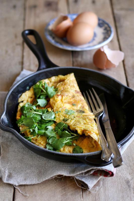 Paleo Omleti  Malzemeler:  4 özgür tavuk yumurtası 1 kaşık zeytinyağı 1 bardak doğranmış ıspanak yaprağı 1 çay kaşığı reyhan 1 küçük avokado Taze öğütülmüş karabiber  Hazırlanışı:  Bir kasede yumurtaları köpük haline gelinceye kadar karıştırın. Orta ateşe koyduğunuz tavada yağı ısıtın ve yumurtaları dökün. Yumurtalar şeklini aldıktan sonra üzerine ıspanağı ve reyhanı ekleyin. Karabiberi serpin. Omleti silikon spatula kullanarak ikiye katlayın. Ocağı kısın. Tavanın üzerine kapak kapatıp bir dakika pişmeye bırakın. Servis tabağına aldıktan sonra avokado dilimleri ile süsleyin.  Derleyen: Yaprak Çetinkaya