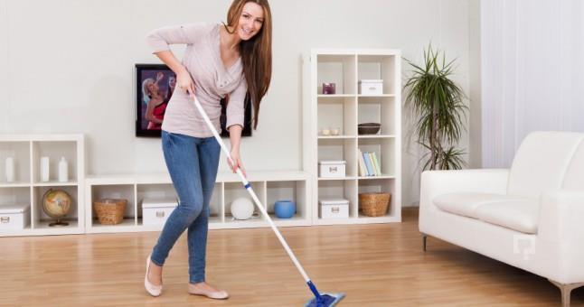 Ev temizliğinize dahil edebilirsiniz   Ilık ve açık bir çayı tahta mobilyalarınızı ve döşemeleri temizlemek için kullanabilirsiniz.