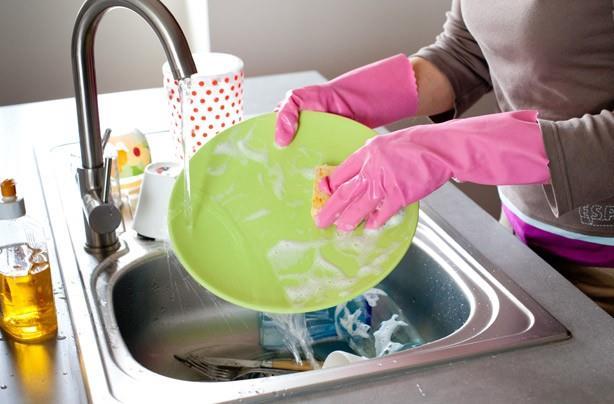 """Tabaklarınızdaki yağları daha kolay temizleyin  Tabaklarınız da çıkmayan yağ lekeleri bulunuyorsa ya da çıkması için çok çabalıyorsanız size bir önerimiz var. Tabaklarınızı çay poşetlerinin bulunduğu bir suya koyup beklettiğinizde tabaklarınızdaki yağların daha kolay çıktığını görebilirsiniz.  <a href= http://mahmure.hurriyet.com.tr/foto/yasam/bulasik-makinesine-sakin-bunlari-atmayin_41892     style=""""color:red; font:bold 11pt arial; text-decoration:none;""""  target=""""_blank""""> Bulaşık Makinesine Sakın Bunları Atmayın!"""