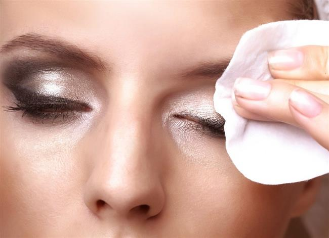 5-Göz makyajının tamamını göz bölgesinden, özellikle kirpiklerinizden çıkarmaya özen gösterin. Herhangi iyi bir göz makyaj çıkarıcı bu işi görecektir. Gözünüzü, kirpiklerinizi ve göz çevresindeki hassas cildi korumak için göz makyajınızı çıkarırken nazik davranmaya özen gösterin.
