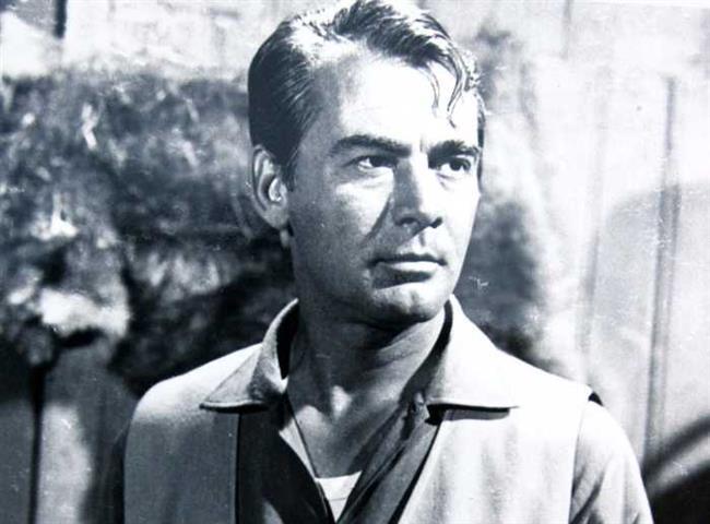 """Muzaffer Tema  1956 yılında Amerika'ya adım atar atmaz dünyaca ünlü film stüdyosu Paramount'un New York ofisine başvurur fakat uzun süre rol teklifi alamaz.  Kokteylde tanıştığı prodüktör Sukuras'ın teklifiyle """"Certain Smile"""" ve """"Twelve to the Moon"""" filmlerinde rol alır. Ünlü aktörün Hollywood'a hızlı girişindeki en büyük pay ise ünlü jön Alan Ladd'e olan benzerliği olduğu söyleniyor."""