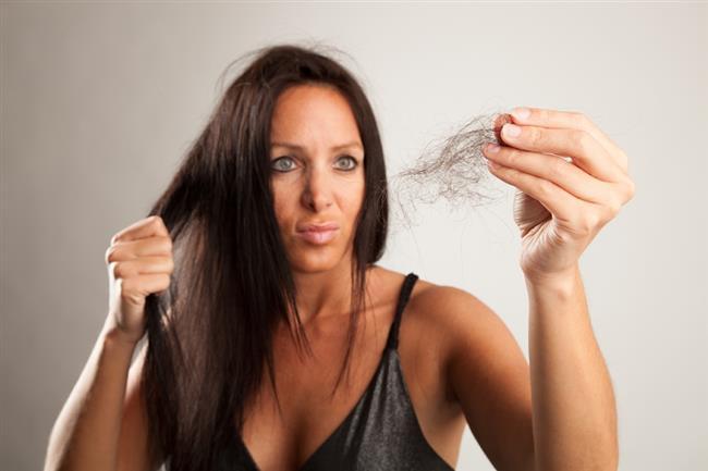 Karanfilin Saça 9 Faydası  1-Saçın hacim kazanmasını sağlar  İnce telli saça sahip olanlar karanfilin en çok bu özelliğini beğenecektir. Eğer saçınızdaki hacimsiz görüntüden şikayetçiyseniz hemen karanfil bakımı yapmayı denemelisiniz.  2-Saç dökülmesini önler  Saçta stres başta olmak üzere düzensiz beslenme, hormonal sorunlar, ani kilo kaybına neden olan diyetler, bazı saç bakım ürünleri ve mevsim değişiklikleri gibi çeşitli sebeplerden ötürü zaman zaman dökülmeler yaşabiliyor. Saç dökülmesini kökten durdurmanın yolu elbette sebebini bulmak ve bu sebebi ortadan kaldırmaktır. Ancak bu her zaman mümkün olmuyor. Dolayısıyla bu sorunu yaşayan pek çok kişi bitkisel çözümler peşine düşüyor. Eğer siz de böyle bir arayış içindeyseniz, karanfil ile saçınıza bakım yaparak çok kısa sürede olumlu sonuç elde edebilirsiniz.