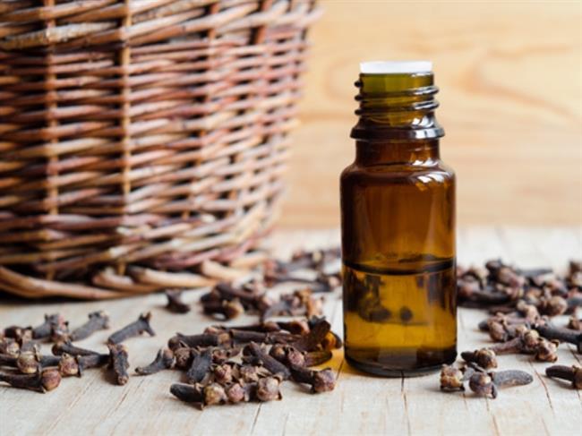 Karanfil Yağının Kullanımı ve Saça Faydaları Nelerdir?  Saç bakımında karanfilin tomurcuklarının yanı sıra, yağı da kullanılmaktadır. Fosfor, sodyum, potasyum, kalsiyum, hidroklorik asit, demir ve C vitamini açısından son derece zengin olan karanfil yağı, özellikle saç dökülmesine çözüm arayanlar için ideal bir üründür. Saçı besler ve saç kırıklarını önler. Bu özellikleri ile saç bakımında gönül rahatlığı ile kullanılır.  İşte karanfil yağının saça faydaları:  -Saç köklerini güçlendirir. -Saç derisinde oluşan mantar, kaşıntı, kepeklenme gibi sorunlarla mücadele eder. -Saç dökülmesini kısa sürede durdurur.  Karanfil yağı saça haricen kullanılır. Etkisi oldukça kuvvetlidir Bu nedenle zeytinyağı, lavanta yağı, badem yağı veya kayısı yağı ile seyreltilerek kullanılmalıdır. Dilerseniz karanfil yağını, lavanta yağı ve zeytinyağı ile karıştırıp saç derinize masaj yaparak uygulayabilirsiniz. Bu uygulama, hem saç kırıklarını önler hem de saça sağlık kazandırır.